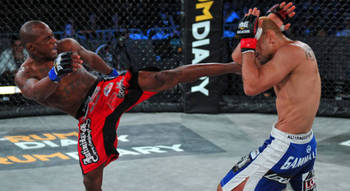 Alexis Vila delivers a kick (L) - Bellator