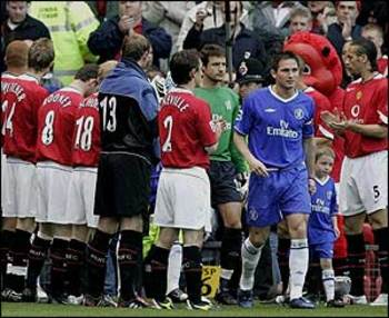 Manchester United formed a guard of honour for Chelsea.