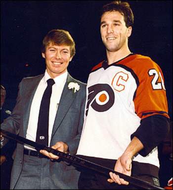 Bobby Clarke honored by his replacement Dave Poulin