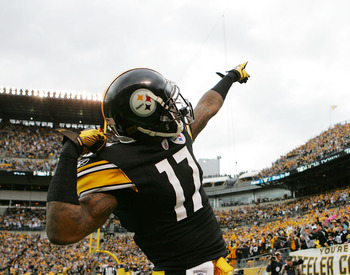 PITTSBURGH, PA - DECEMBER 04:  Mike Wallace #17 of the Pittsburgh Steelers celebrates following his touchdown against the Cincinnati Bengals in the first half during the game on December 4, 2011 at Heinz Field in Pittsburgh, Pennsylvania.  (Photo by Jared