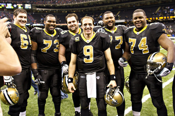 Drew Brees with his offensive line after breaking Dan Marino's passing record