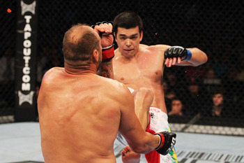 Ufc129_10_couture_vs_machida_008_display_image