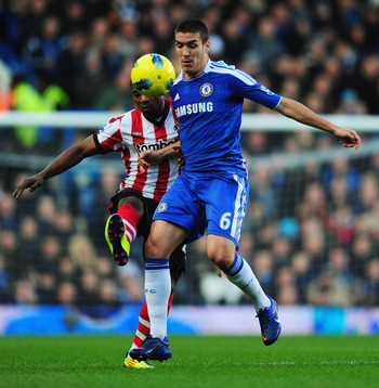 LONDON, ENGLAND - JANUARY 14:  Oriol Romeu of Chelsea battles with Stephane Sessegnon of Sunderland during the Barclays Premier League match between Chelsea and Sunderland at Stamford Bridge on January 14, 2012 in London, England.  (Photo by Mike Hewitt/G