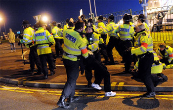 Police-scuffle-895108879_display_image