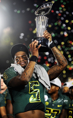 Darron Thomas hoists the 2012 Rose Bowl trophy