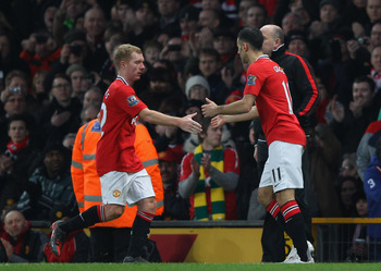 Manchester United's Ryan Giggs (R) comes on for Paul Scholes (L).