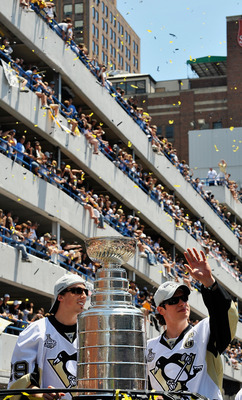 Crsoby and Fleury at the victory parade in downtown Pittsburgh in 2009.