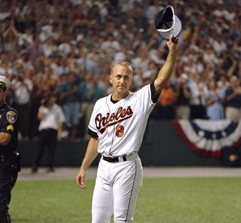 Ripken tips his hat to Orioles fans.