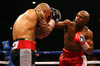 Miguel Cotto defending against Floyd Mayweather