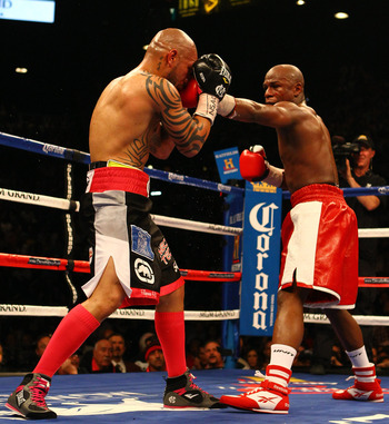 Miguel Cotto wearing pink socks and shoe laces against Floyd Mayweather's red and white