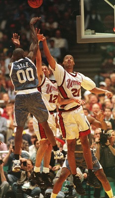 Tony Delk Draining Three's Against Calipari's Former Big Man, Marcus Camby