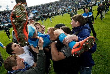 Arshavin carried off the pitch buy Zenit St. Petersburg fans