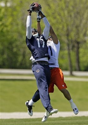 Alshon Jeffery catching a jump ball versus Isaiah Frey
