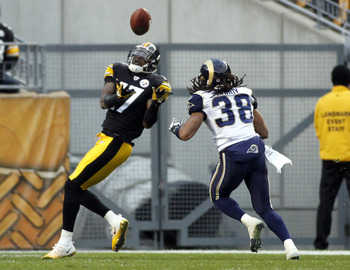 Wallace catches a touchdown pass over his shoulder against the Rams.