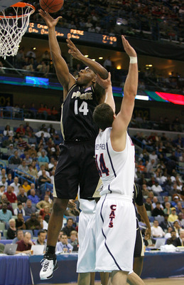 Landry splits the Arizona defense in the 2007 NCAA Tournament.