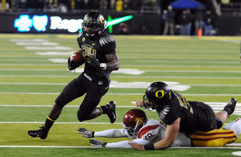 EUGENE, OR - NOVEMBER 19: Running back Kenjon Barner #24 of the Oregon Ducks turns the corner on his way to a touchdown in the third quarter of the game against the USC Trojans at Autzen Stadium on November 19, 2011 in Eugene, Oregon. USC won the game 38-
