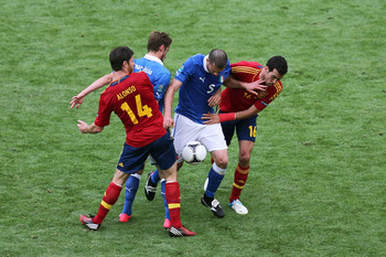 Xabi Alonso and Sergio Busquets trying to get the ball.