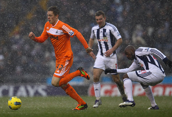 WEST BROMWICH, ENGLAND - FEBRUARY 04:  Gylfi Sigurdsson of Swansea moves away from Youssouf Mulumbu of West Brom during the Barclays Premier League match between West Bromwich Albion and Swansea City at The Hawthorns on February 4, 2012 in West Bromwich,