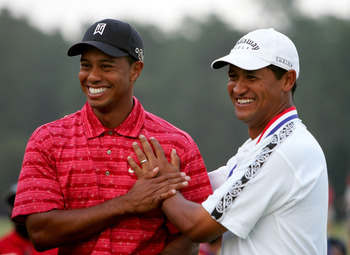 PINEHURST, NC - JUNE 19:  Michael Campbell of New Zealand clowns with Tiger Woods on the 18th green after Campbell's two-stroke victory at the U.S. Open on Pinehurst No. 2 at the Pinehurst Resort on June 19, 2005 in Pinehurst, North Carolina.  (Photo by R