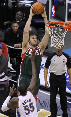 Andrew_bogut_dunk_over_hamady_ndiaye_display_image