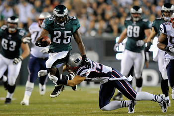 PHILADELPHIA, PA - NOVEMBER 27:  LeSean McCoy #25 of the Philadelphia Eagles runs the ball in the second quarter against Sterling Moore #29 of the New England Patriots at Lincoln Financial Field on November 27, 2011 in Philadelphia, Pennsylvania.  (Photo