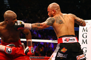 Miguel Cotto (right) fighting Floyd Mayweather