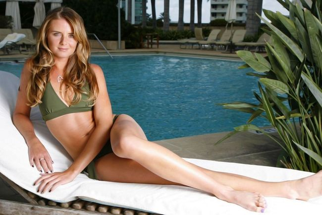 Daniela-hantuchova-laying-on-chair-near-swimming-pool_crop_650