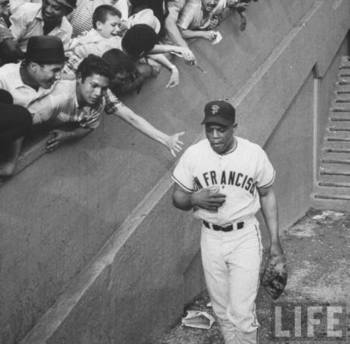 Willie Mays helped the Giants squeeze past the Dodgers in 1962.