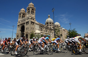 MARSEILLE, FRANCE - JULY 06:  The riders make their way through the streets of Marseille at the start of stage three of the 2009 Tour de France from Marseille to La Grande Motte on July 6, 2009 in Marseille, France.  (Photo by Bryn Lennon/Getty Images)