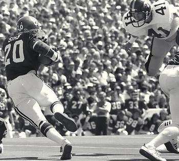 Iowa safety Bob Stoops (41) goes up against Billy Sims in 1979