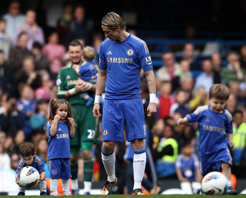 LONDON, ENGLAND - MAY 13:  Fernando Torres of Chelsea with his children Nora Torres and Leo Torres during the Barclays Premier League match between Chelsea and Blackburn Rovers at Stamford Bridge on May 13, 2012 in London, England.  (Photo by Ian Walton/G