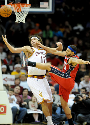 Varejao and Williams fight for a ball