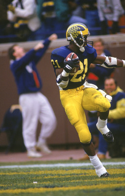 1991: Desmond Howard #21 of the Michigan Wolverines runs in the the 'Heisman' pose right after making a 93 yard touchdown against Ohio State circa 1991 in Ann Arbor, Michigan. Wolverines won 31 - 3. (Photo by Chris Covatta/Getty Images)