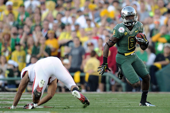 Oregon RB De'Anthony Thonas jukes a Wisconsin defender