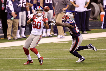 Victor Cruz catching a pass from Eli Manning