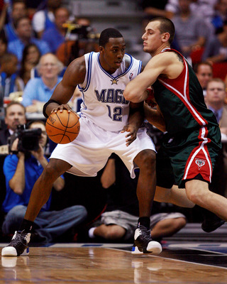 Andrew Bogut guards Howard in 2007.