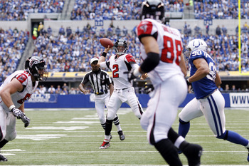 Furture Hall of Famer Tony Gonzalez (88) believes Matt Ryan is on the verge of greatness.