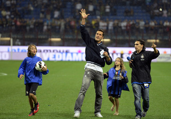 MILAN, ITALY - AUGUST 30:  Julio Cesar (2nd L) waves FC Inter Milan supporters before the start of UEFA Europa League play-off match between FC Internazionale Milano and FC Vaslui at Stadio Giuseppe Meazza on August 30, 2012 in Milan, Italy.  (Photo by Cl