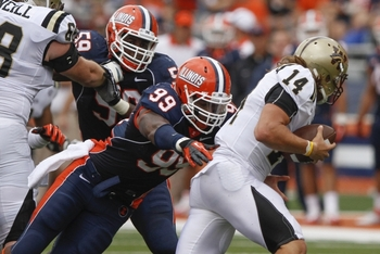 Illinois defensive end Michael Buchanan rushes the passer against Western Michigan. (Via dailyillini.com)