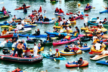 The kayaks and surfboards will return to McCovey Cove if Josh Hamilton joins the Giants.