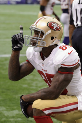MINNEAPOLIS, MN - SEPTEMBER 23: Vernon Davis #85 of the San Francisco 49ers celebrates a touchdown during the third quarter of the game against the Minnesota Vikings on September 23, 2012 at Mall of America Field at the Hubert H. Humphrey Metrodome in Min