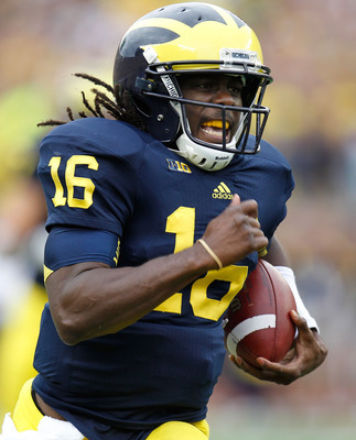 Denard Robinson showed poise in the pocket Saturday.