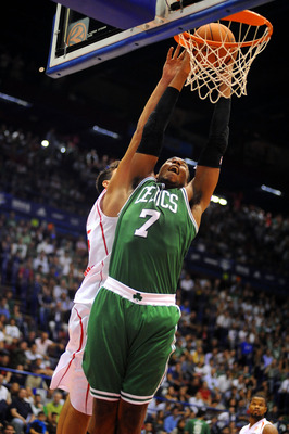 Sullinger scoring in a preseason game against Emporio Armani Milano