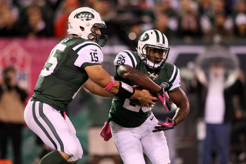 EAST RUTHERFORD, NJ - OCTOBER 08:  Tim Tebow #15 of the New York Jets fakes a handoff to Bilal Powell #29 against the Houston Texans at MetLife Stadium on October 8, 2012 in East Rutherford, New Jersey.  (Photo by Alex Trautwig/Getty Images)