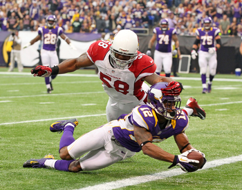 MINNEAPOLIS, MN - OCTOBER 21:   Percy Harvin #12 of the Minnesota Vikings scores a touchdown against Daryl Washington #58 of the Arizona Cardinals at the Huber H. Humphrey Metrodome on October 21, 2012 in Minneapolis, Minnesota. (Photo by Adam Bettcher/Ge