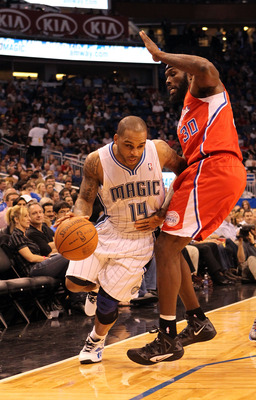Jameer Nelson battles past the Clippers' Reggie Evans.