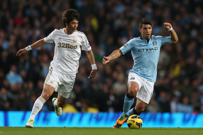 MANCHESTER, ENGLAND - OCTOBER 27:  Sergio Aguero of Manchester City competes with Ki Sung- Yeung of Swansea City during the Barclays Premier League match between Manchester City and Swansea City at the Etihad Stadium on October 27, 2012 in Manchester, Eng