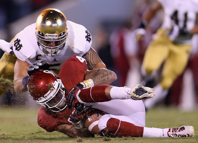 NORMAN, OK - OCTOBER 27:  Kenny Stills #4 of the Oklahoma Sooners is tackled by Manti Te'o #5 of the Notre Dame Fighting Irish at Gaylord Family Oklahoma Memorial Stadium on October 27, 2012 in Norman, Oklahoma.  (Photo by Ronald Martinez/Getty Images)