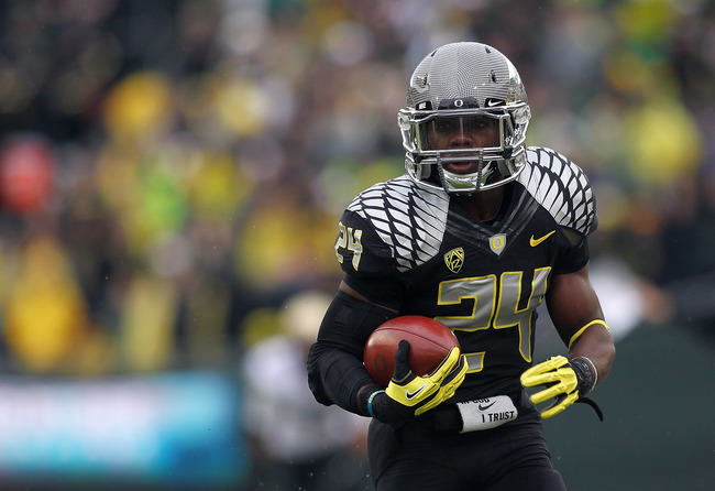 EUGENE, OR - OCTOBER 27:  Kenjon Barner #24 of the Oregon Ducks runs with the ball against the Colorado Buffaloes on October 27, 2012 at the Autzen Stadium in Eugene, Oregon.  (Photo by Jonathan Ferrey/Getty Images)