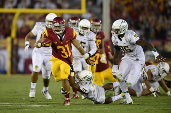 LOS ANGELES, CA - NOVEMBER 03:  Soma Vainuku #31 of the USC Trojans runs away from Avery Patterson #21 and Dion Jordan #96 of the Oregon Ducks at Los Angeles Memorial Coliseum on November 3, 2012 in Los Angeles, California.  (Photo by Robert Laberge/Getty